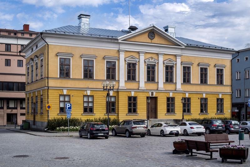 Mannerheiminaukion laidalla sijaitsevan Kokkolan nykyisen raatihuoneen perustustyöt aloitettiin syksyllä 1837 ja sen avajaisia vietettiin helmikuussa 1842.