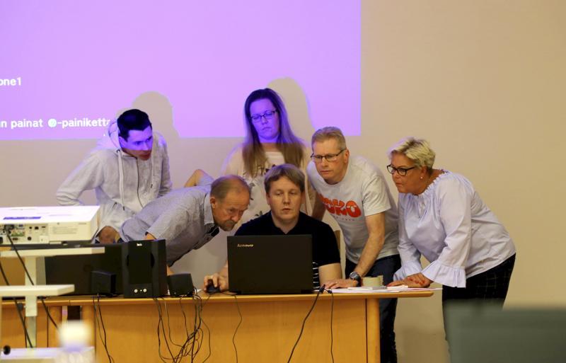 Kunnanvaltuuston vaalilautakunta tarkkailee, kun kokouksen sihteerinä toiminut talousjohtaja Jyri Myllymäki sijoittaa äänestyksen tulokset exceliin. Kuvassa Olli Tyynelä (vas.), Ilpo Åivo, Johanna Järvelä, Jari Mäkelä ja Riitta Huusko.