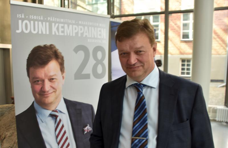 Eurovaaliehdokas Jouni Kemppainen kampanjoi alkuviikosta Kaustisella.