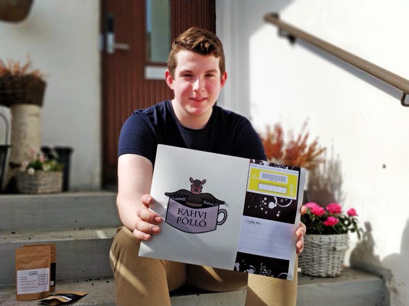 Zacharias Åstrand keksi perustaa nettifirman, joka toimittaa pienpaahtimon kahvia postitse kotiin.  Iso kuparipannu kuului yrittäjyyskisassa  messupisteen rekvisiittaan.