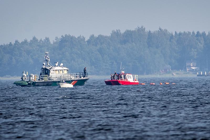Matkustajavene ajoi karille Ådön sataman edustalla viime vuoden elokuussa. Uppoamispaikalla Rajavartiolaitoksen ja Pelastuslaitoksen veneet.