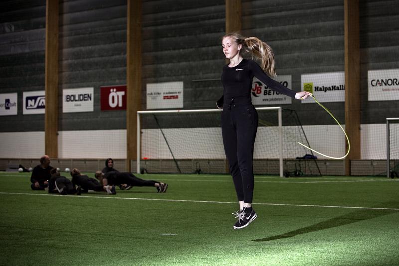 Kokkolan Tiikereissä pelaava Venla Kujala on pelipaikaltaan keskitorjuja.