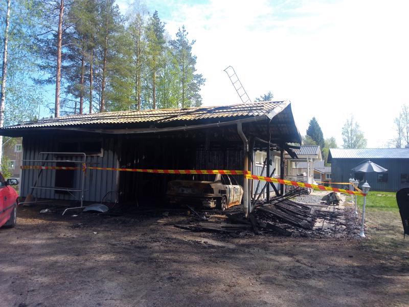 Haapajärven keskustassa tuhoutui tulipalossa tiistaina aamuyöllä  autokatos.