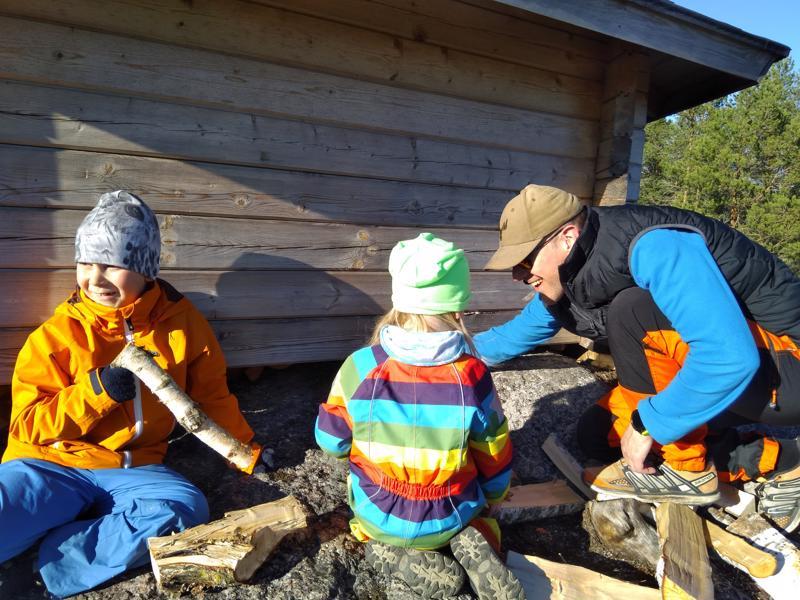 Jyrki Pakkala lapsineen etsii kätköä Vetelin Puukallion laavulla.