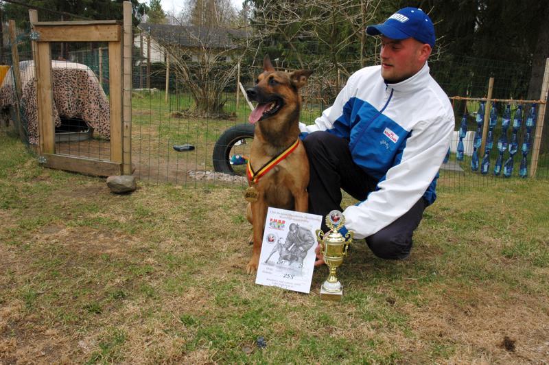 Jussi Leinon ja Riku-koira olivat ottaneet pronssia belgianpaimenkoirien MM-kisoissa Tshekissä.