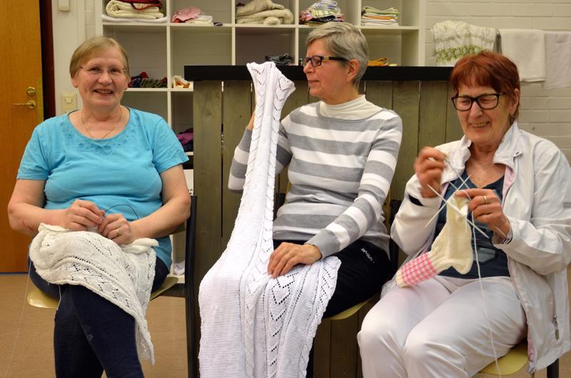 Hannele Kauppinen, Anna-Liisa Valkeinen ja Kyllikki Willman ovat luoneet käsitöitä tehdessään lujan ystävyyden.