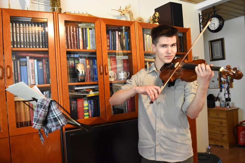 Reilun viikon päästä lakkiaisia viettävä Miro Petsalo haaveilee ammattia musiikin parista. –Tykkään soittaa. Siihen ei ikinä tarvitse pakottaa itseään, hän tuumii.