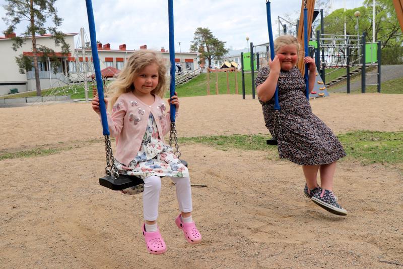 Lyydia Timonen, 5, ja Lyydia Höglund, 7, odottavat kovasti jo kesälomaa, joka koittaa reilun viikon päästä.