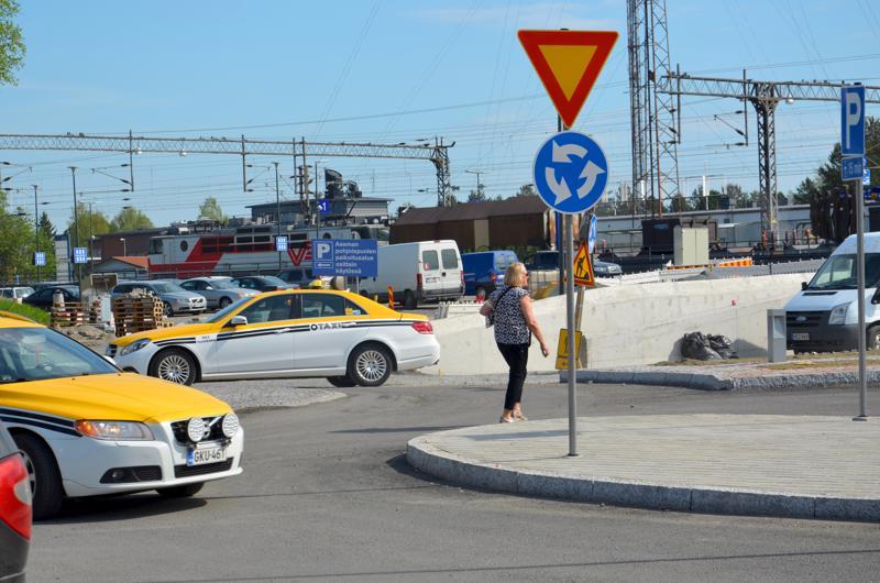 Asema-aukion liikenneympyrä on saamassa reunakivet ja asvaltin kesäkuun alkupuolella.