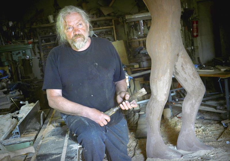 Seppo Kalliokoski on tehnyt patsaan hiihtosankari Mika Myllylästä.