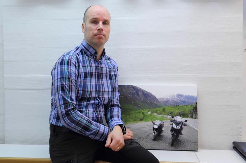 Nivalalainen Jari Jyrkkä harrastaa sekä moottoripyöräilyä että liitovarjolla lentämistä ja maisemien kuvausta yläilmoista.