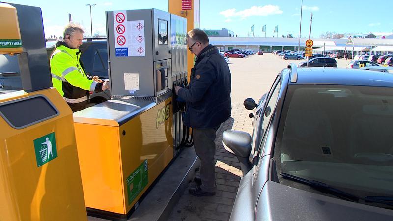 Stefan Wicklen ja Folke Lassila päivittelivat korkeaa bensan hintaa.