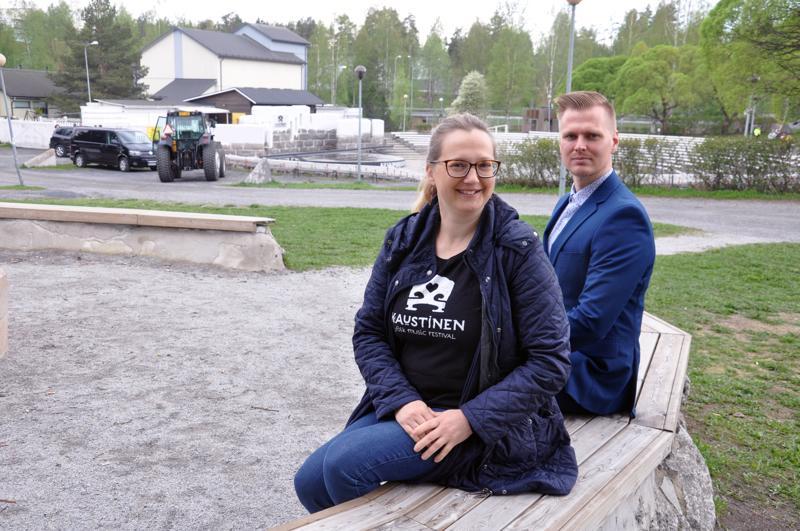 Pro Kaustinen ry:n toiminnanjohtaja Silja Heikkilä ja Avain Säästöpankin Kaustisen konttorin johtaja Timo Salo kävivät katsomassa, miten festivaalialueen valmistelu kesää varten edistyy.