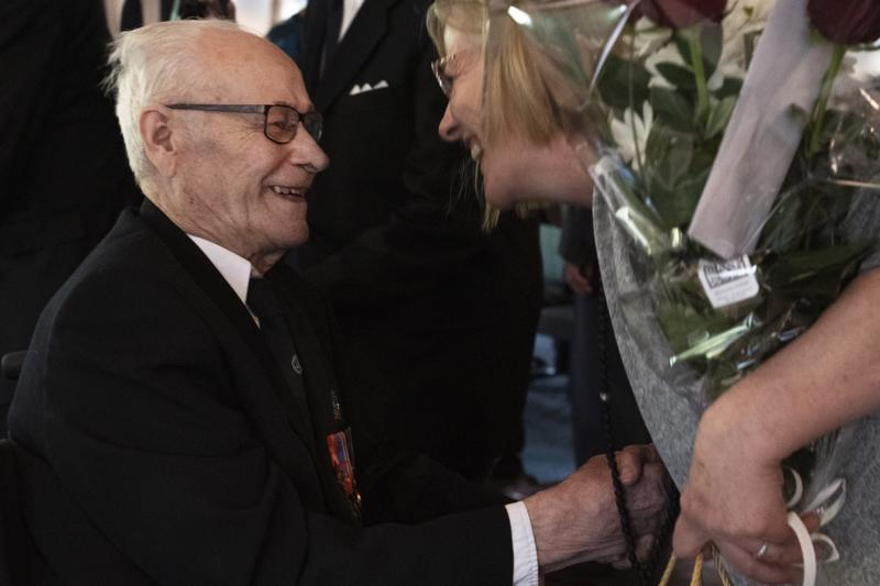Päivänsankari Tauno Junnikkala otti eilen roppakaupalla onnitteluja vastaan.