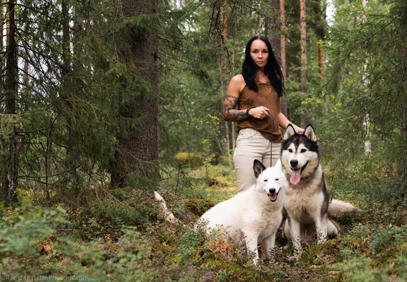 Vahva Pocahontas (Marianne Pisilä). Valokuvaaja Reetta Ängeslevä sanoo, että koirat ja kuvausympäristö löytyivät tämän Pocahontasin kotikulmilta.