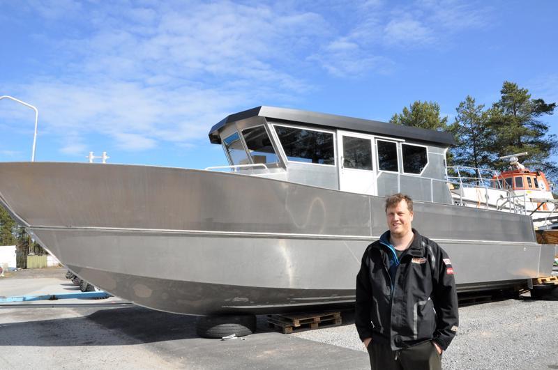 Pekka Pietilän taustalla näkyvät uusi, vielä nimeämätön vene ja purjehduskauden avaava Merikokko.