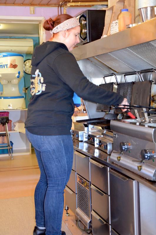 Grilli kuumana. Ylivieskalainen Laura Hirvelä on työskennellyt Lyylin Grillillä jo 10 vuotta.