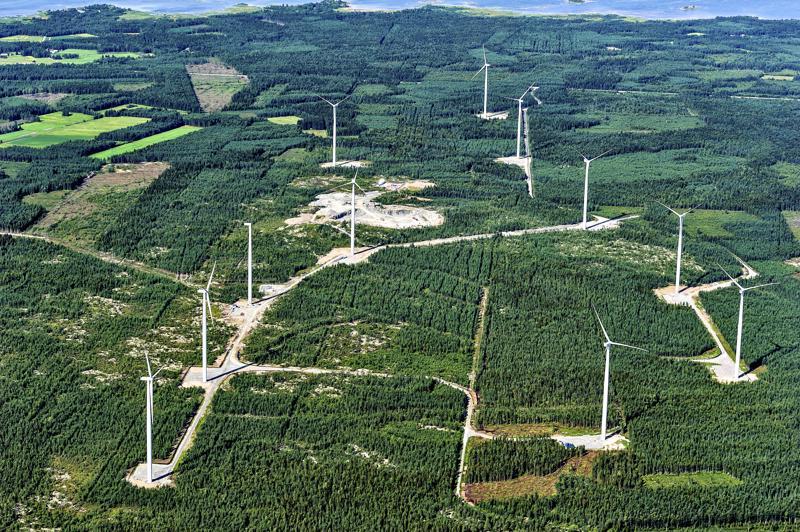 Yksi Kalajoen tuulipuistoista yläilmoista kuvattuna.