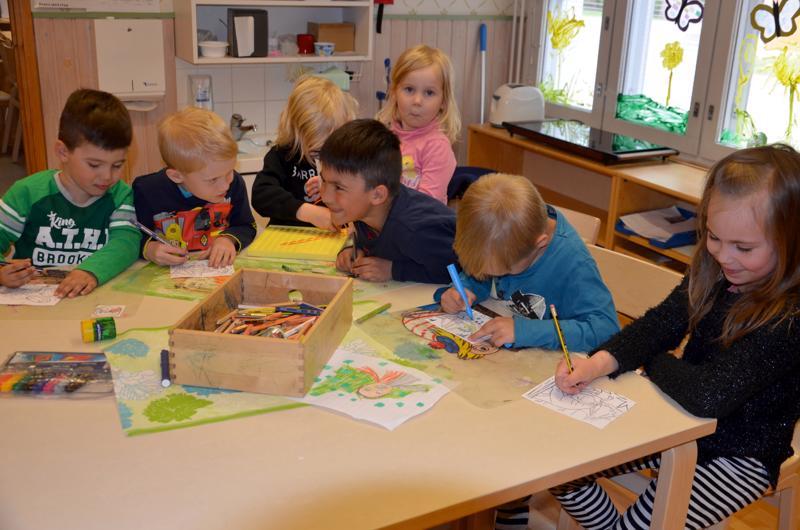 Simonpuiston päiväkodissa torstaina iltapäivällä leikkimässä Peetu Jylkkä, Anton Pesämaa, Aku Leppäkari, Helmi Haapakoski, Patrik Jylkkä, Aaro Vähäkangas ja Olivia Raudaskoski. He ovat 5- ja 6-vuotiaita. Osa siis on jo koulussa, kun päiväkodin laajennuksessa aloitetaan päivähoito.
