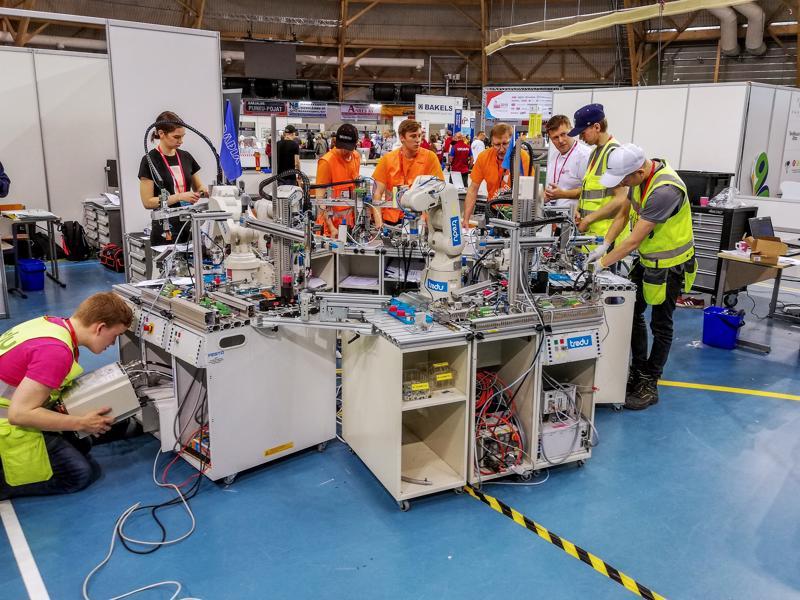 Tänä vuonna näytöslajina mukana olleessa mekatroniikassa robottien ohjelmointi oli suuressa osassa. Kpedun parivaljakko Markus Kankaanpää ja Daniel Rauhala kuvassa oikealla.