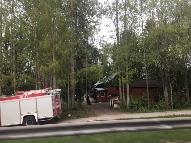 Nivalan Ammattikujalla pelastusyksikkö tarkisti tilanteen ja ei todennut paloa.