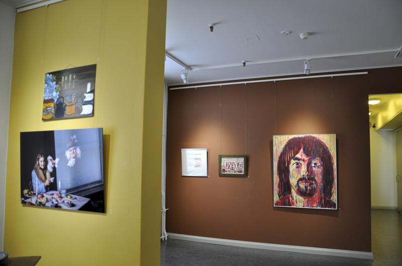 Kesä kuvin -näyttelyssä on lähes neljänkymmenen kokkolalaislähtöisen taiteilijan teoksia.