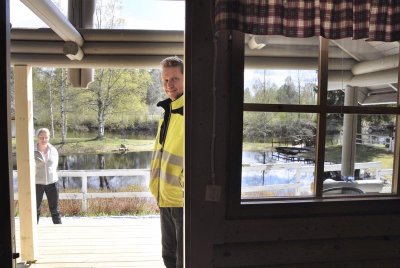 Kirsi ja Hannu Takalo-Mattilan kaikkien mökkien kuistilta aukeaa kaunis jokimaisema. Taustalla myös lohilampi, josta  mato-onkeen varmuudella tarttuu saalista kesäaikaan.