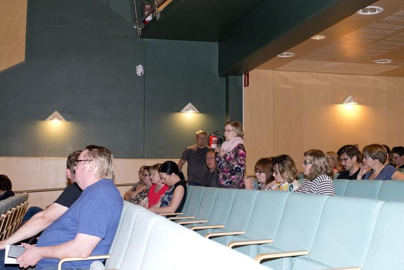 Eeva Niemi (kesk.) käytti vanhempainillassa puheenvuoron, ja nosti keskusteluun Niemenkartanon uuden ja vanhan koulun yhdistävän käytävän.