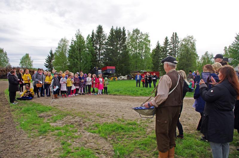 Karvoskylän toukosiunauksen kylvön teki Jouni Ahlholm ja siunasi kirkkoherra Sanna Jukkola (vas.).