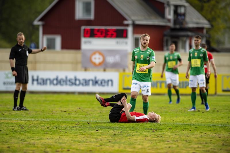 HIFK:n Riku Selander selällään Keskuskentän nurmella maanantaina. Tilannetta taustalla seuraava päätuomari Oskari Hämäläinen teki yhdessä muun erotuomariston kanssa päätöksen, että Keskuskentän nurmi oli pelikelpoinen.