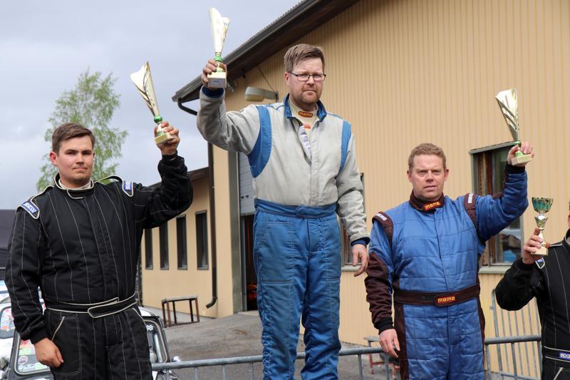 Ari-Pekka Sillanpää tuuletti osakilpailuvoittoa palkintokorokkeella. Toiseksi sijoittui Niko Hirvonen ja kolmanneksi Janne Huupponen.