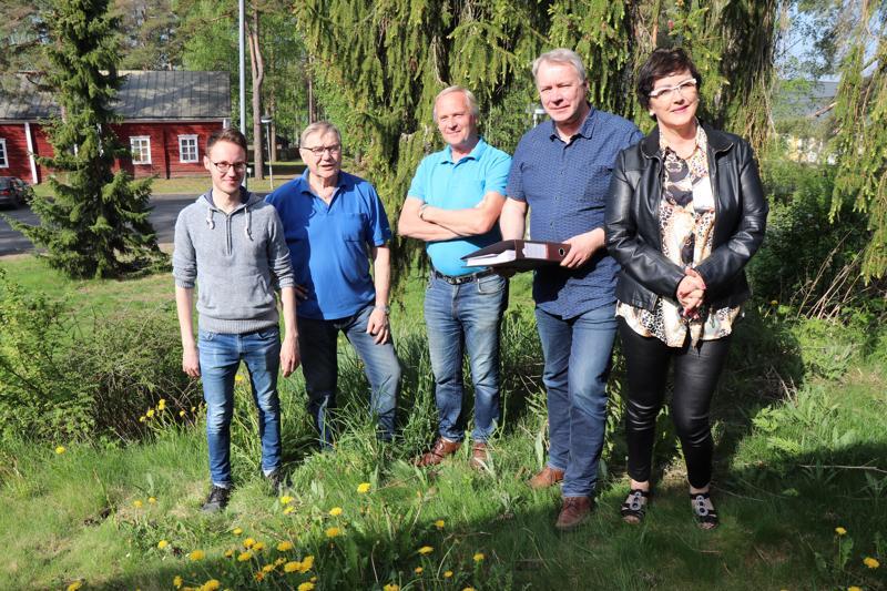 Matti Pohjoisaho, Simo Kangas, Kari Klemola, Jussi Torppa ja Raila Järvelä kuuluvat Vetelin Irtanaisviikkojen suunnitteluryhmään.