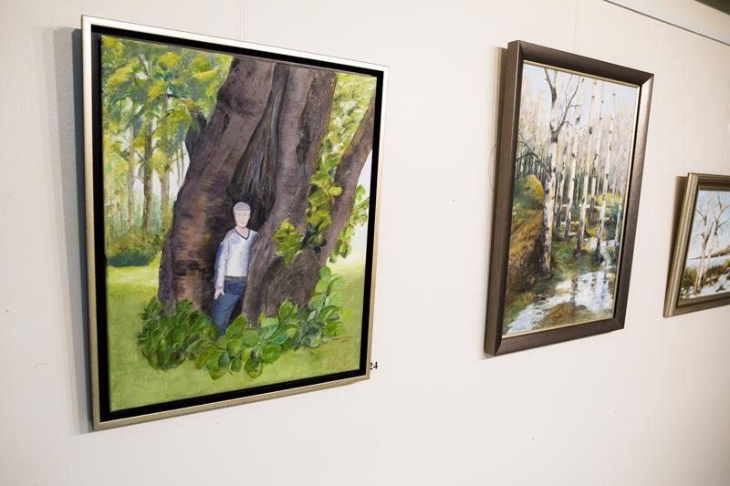 Salme Huuskosen akryylimaalaus Matkalla varjoon perustuu tositapahtumiin: se on maalattu Etelä-Pohjanmaalla otetun valokuvan pohjalta suurimmasta Huuskosen ikinä näkemästä puusta.