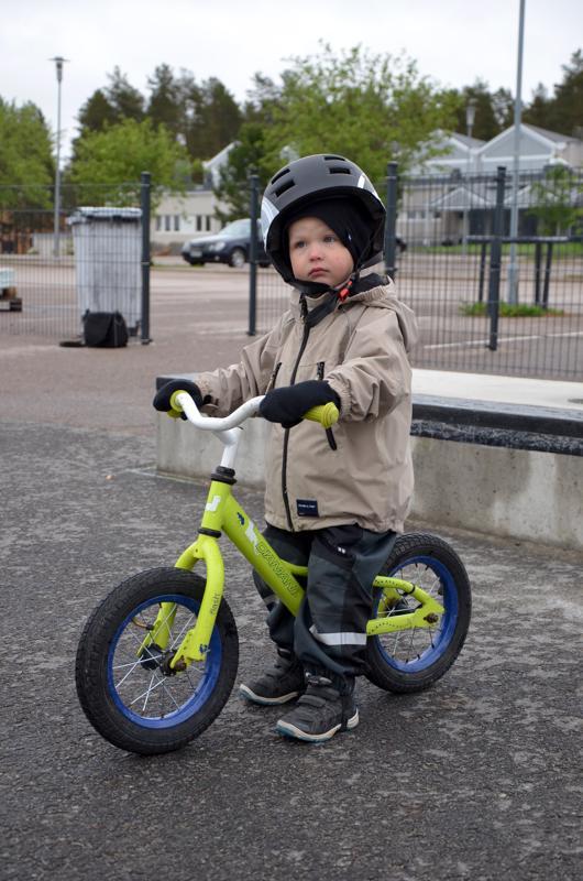 Hyvää nimipäivää Oiva! Kannuslainen Oiva Hautaluoma on oppinut tänä keväänä ajamaan potkupyörällä.