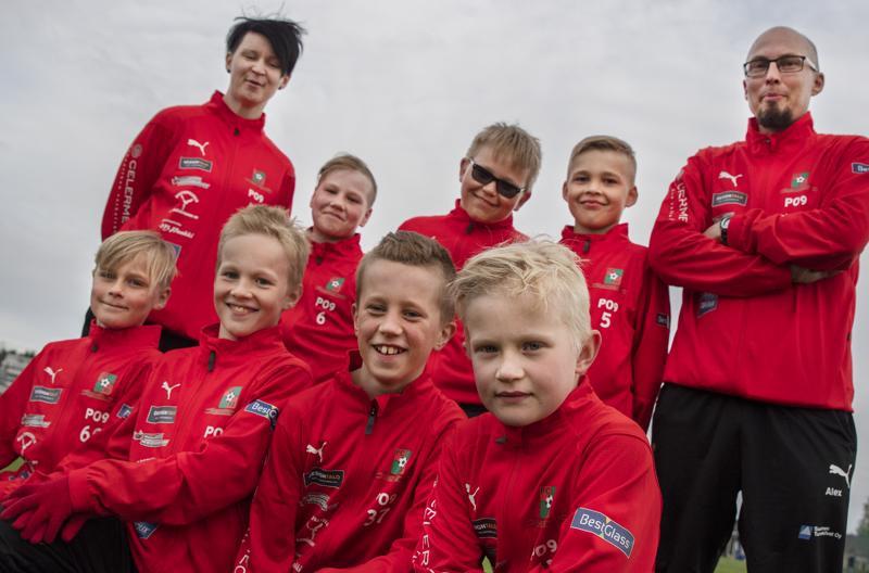 Mikäli Alex ja Riikka Anttila olisivat ehtineet osallistua pelipaitakilpailuun, olisivat hekin kirjoittaneet joukkueen puolesta perusteluja hyvästä yhteishengestä ja poikien keskinäisestä kaveruudesta.
