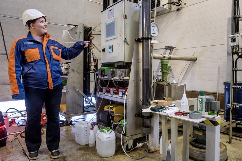 NordFuelin biojalostamo tulee valmistamaan puusta etanolia.  - Parhaillaan testaamme, kuinka etanoliprosessin jätevedessä vielä oleva energia saadaan talteen mikrobien avulla, teknologiapäällikkö Teija Mäyrä kertoo.