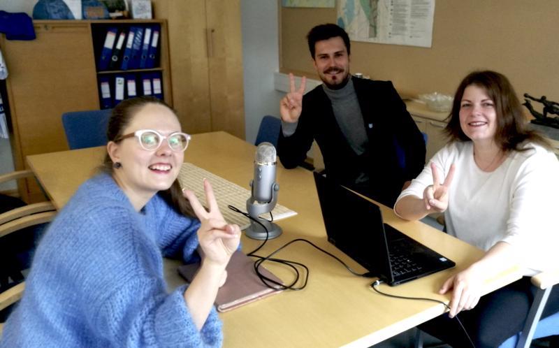 Saana, Sami ja Sanni podcast-haastattelua tekemässä Vimpelissä.