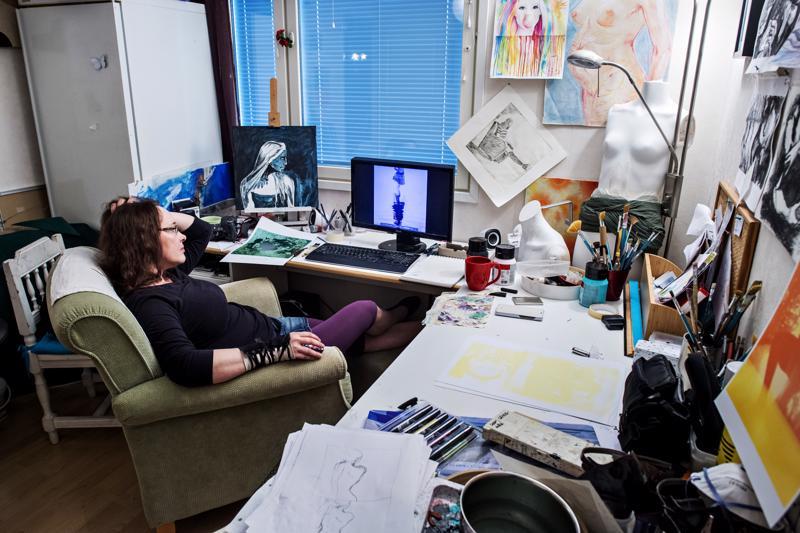 Leena Lähdesmäen työhuone on taiteilijansa näköinen – värikäs ja rönsyilevä.
