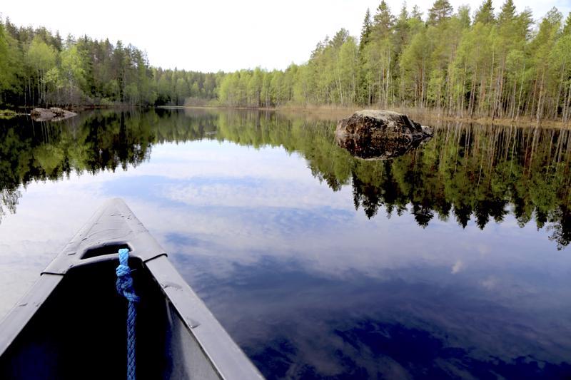 Keskellä jokea sijaitsee Leveäkariksi nimetty kivi.