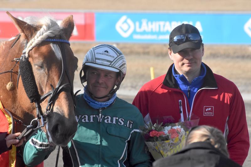 Juha-Matti Paavolan ja Harri Puution omistama Fiiling teki Rovaniemen Kirppu-ajossa mahdottomasta mahdollisen ja kiersi pahan laukankin jälkeen 15000 euron arvoiseen voittoon.