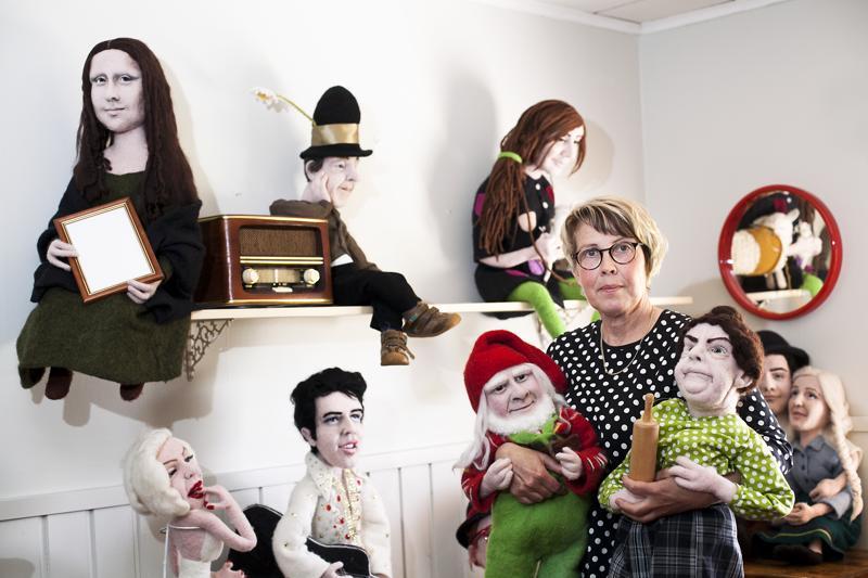 Elisa Kärjä on aina tykännyt leikkiä nukeilla. Nyt hän tekee nuket itse huovuttamalla. Hän on huovuttanut esimerkiksi Tonttu Toljanderin ja Justiinan.
