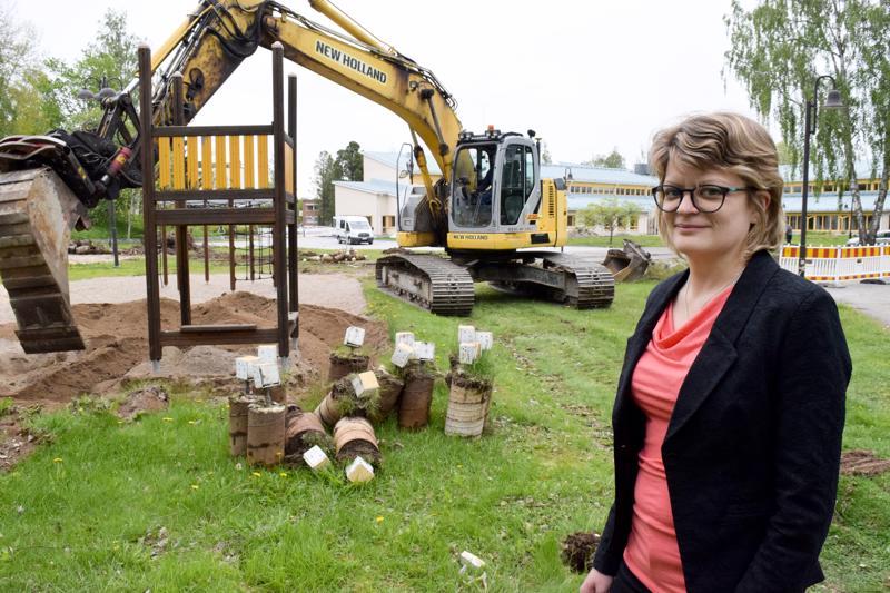 Leikkikenttää ollaan parhaillaan siirtämässä muutaman kymmenen metriä taustalla näkyvän seurakuntakeskuksen kainaloon. Diana Söderbackan mukaan 29järjestelyihin päädyttiin turvallisuussyistä.