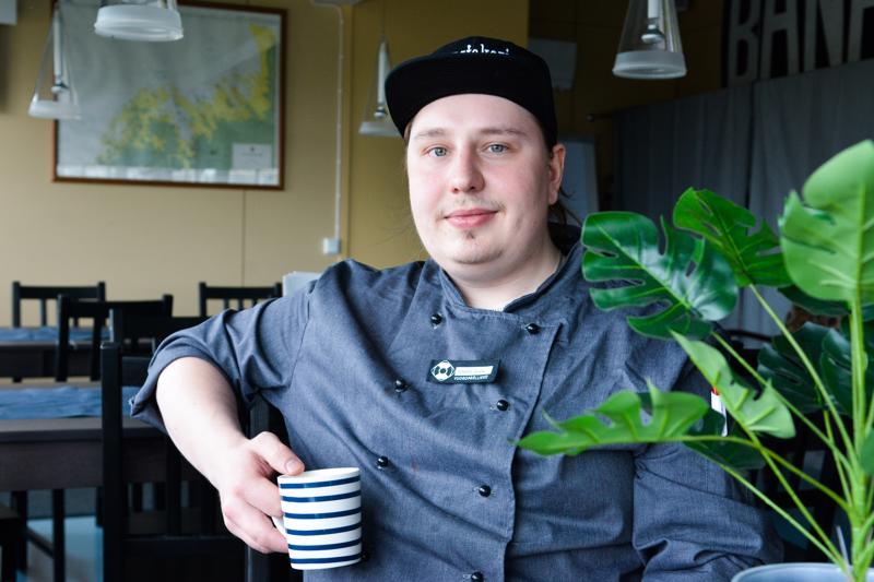 Topias Pernu työskentelee kokkina, mutta jaksaa välillä asettua hellan eteen myös vapaa-ajalla.