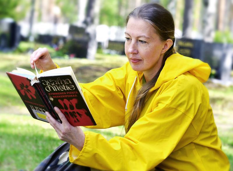 Agatha Christien kirjat johdattivat aikoinaan Minna Puronahon dekkarien maailmaan. Nyt Christien kirjoja on alettu julkaista uusina suomennoksina. Puronahon työympäristö Ullavan hautausmaalla sopii sattumalta jännityskirjojen maailmaan.