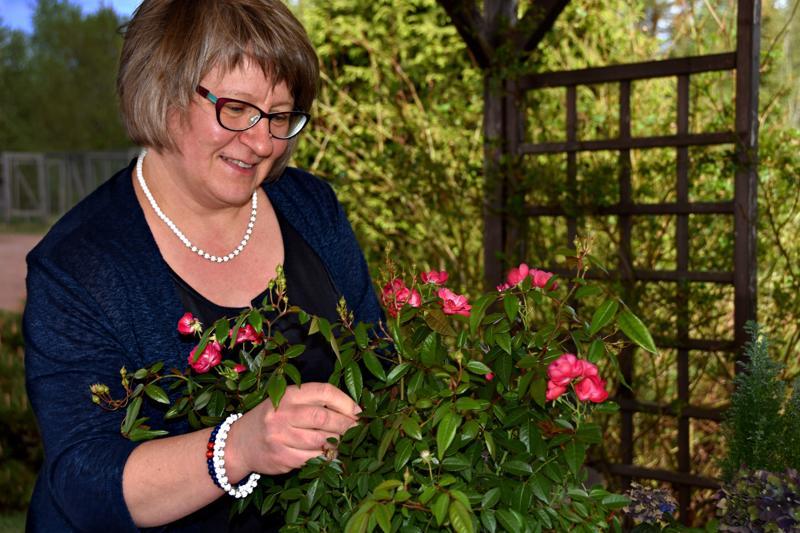 Sari Luukkonen harrastaa puutarhanhoitoa, mutta ei mitenkään intohimoisesti. Enemmän häntä sytyttää opiskella aina juotain uutta asiaa.