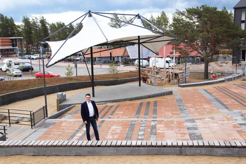 Kalajoen Hiekkasärkät Oy:n toimitusjohtaja Janne Anttila on tyytyväinen juuri valmistuneeseen Hilmantoriin, joka on viihtyisä ja tiivis kokonaisuus.
