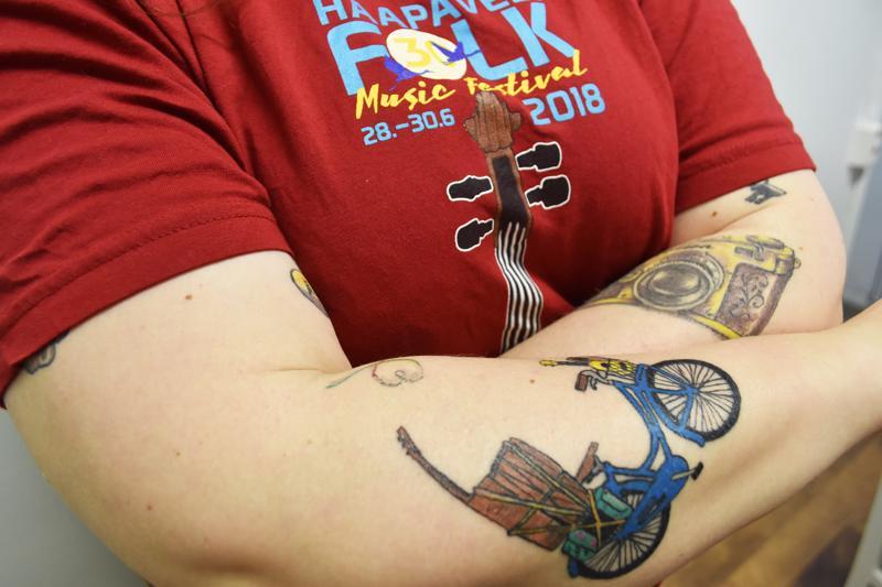 Vuoden 2019 Folk-logo käsivarressa muistuttaa Folkitarta kymmenen vuotta jatkuneesta riippuvuudesta.