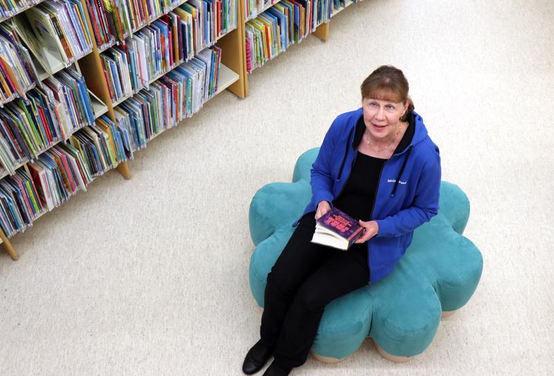 Mirja Siironen on toiminut rehtorin tehtävien ohella kirjastonjohtajana. Eläkkeellä on enemmän aikaa myös lukemiselle.