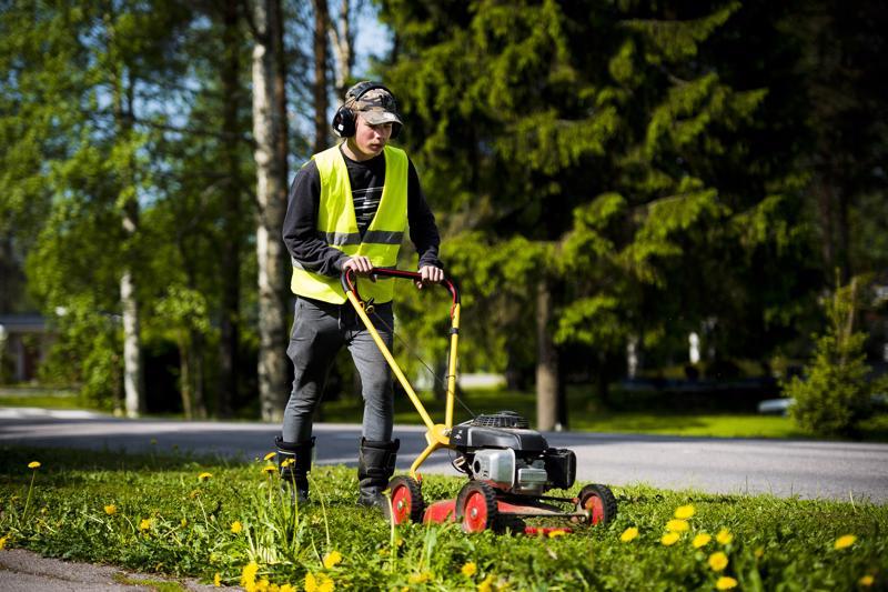 Juuso Mehtälä leikkasi keskiviikkona nurmikkoa Pidisjärventien ja viereisen kevyenliikenteenväylän väliseltä alueelta.