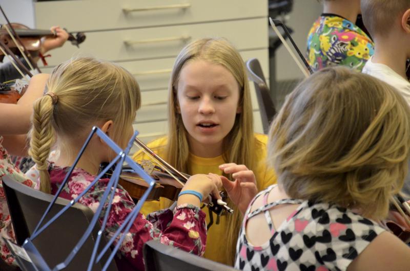 Arianna Petäjän mukaan opetettavat ovat suloisia ja innokkaita oppimaan.